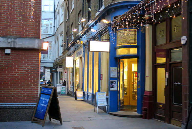 "Eingang zum Pub ""Der tropfende Kessel"" am Leadenhall Market, London © Andrea David"