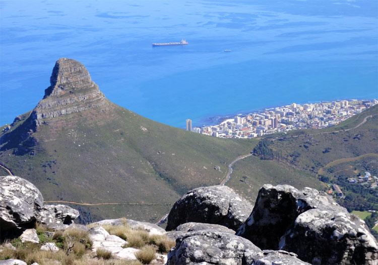 Blick vom Tafelberg auf den Lion's Head, Kapstadt, Südafrika © Andrea David