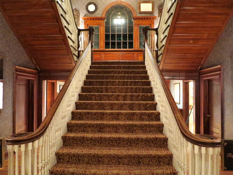 Treppenaufgang, The Stanley Hotel, Estes Park, Colorado © Andrea David
