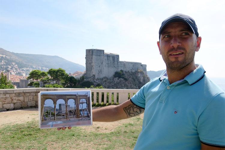 """Ivan mit einem Setfoto der """"Lila Hochzeit"""" am Park Gradac, Dubrovnik © Andrea David"""
