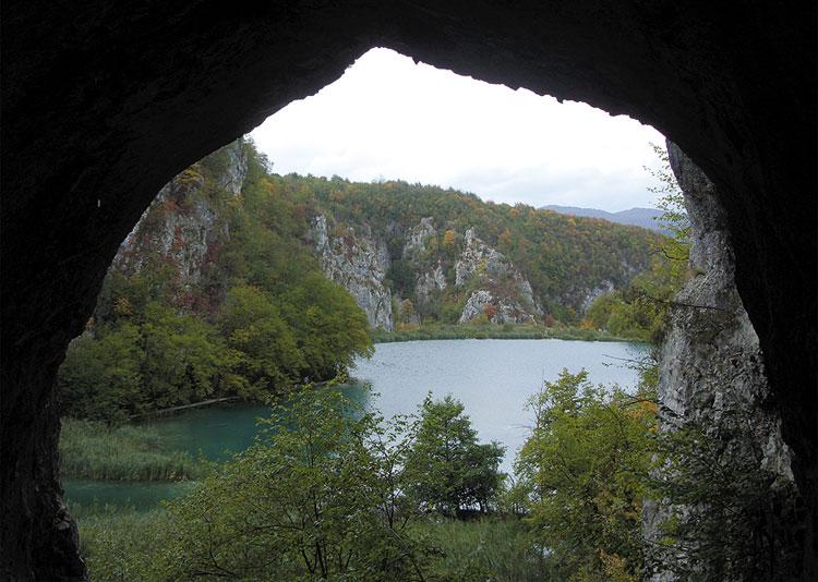 """Blick aus der Schatzhöhle wie im Film """"Der Schatz im Silbersee"""", Plitvicer Seen, Kroatien © Dirk Brüderle"""
