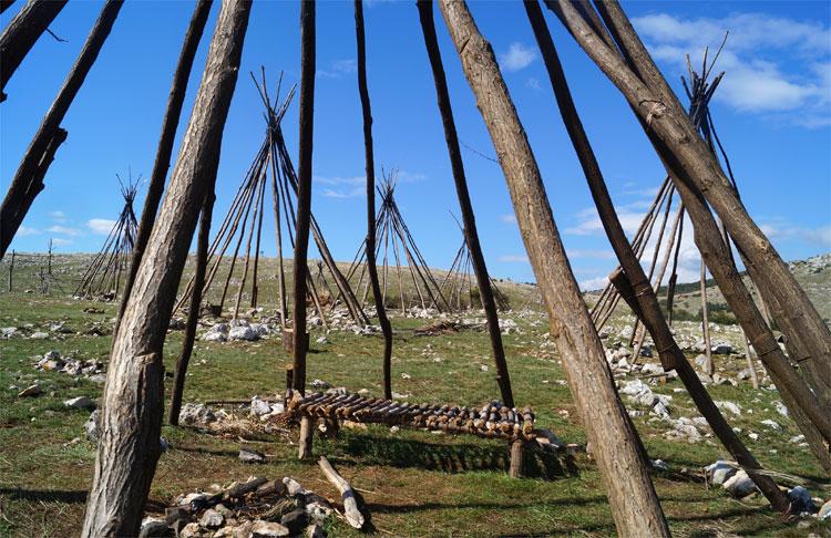 Das Apachen-Zeltdorf für den RTL-Dreiteiler bei Novi-Breze, Kroatien © Michael Scholten