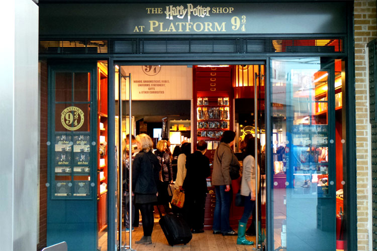 Harry Potter Shop, King´s Cross Station, London © Andrea David