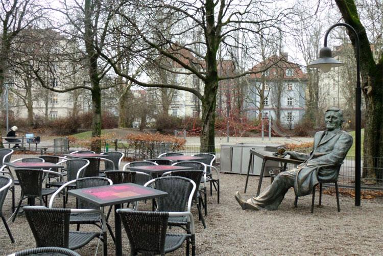 Helmut Fischer Denkmal, Café Münchner Freiheit, München