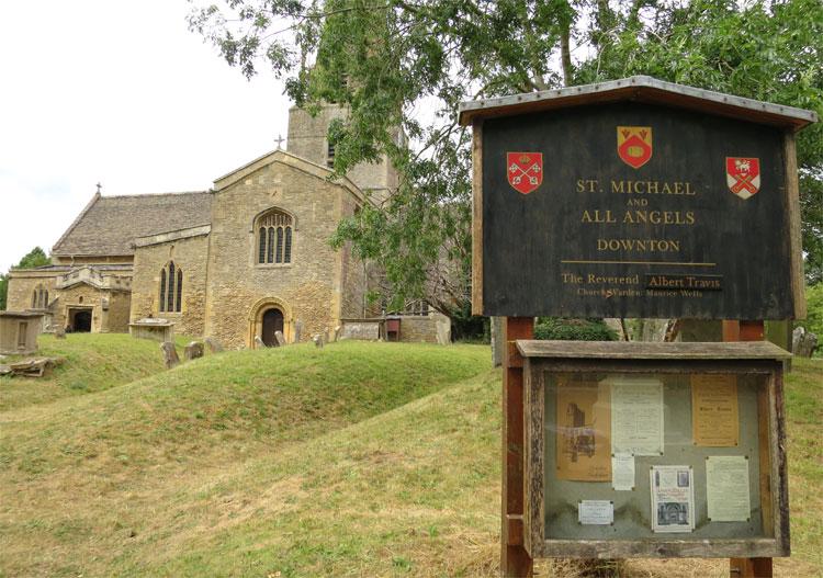 St. Mary's Church als Kirche von Downton, Bampton, Oxfordshire, England © Andrea David