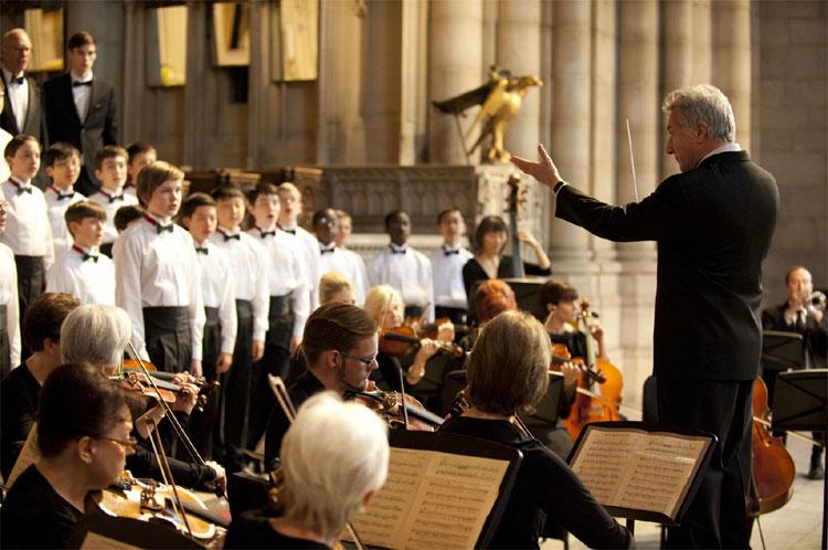 """Der Chorleiter des """"National Boychoir""""-Internats Carvelle (Dustin Hoffman) dirigiert seinen Chor © SquareOne/Universum"""