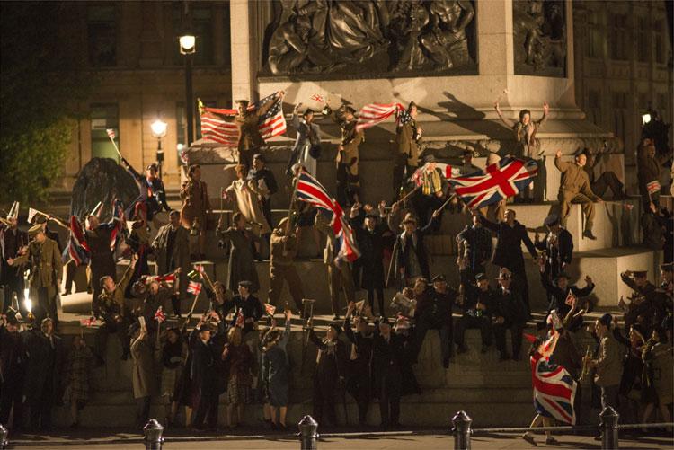 Ganz London feiert frenetisch das Ende des 2. Weltkrieges © 2015 Concorde Filmverleih GmbH