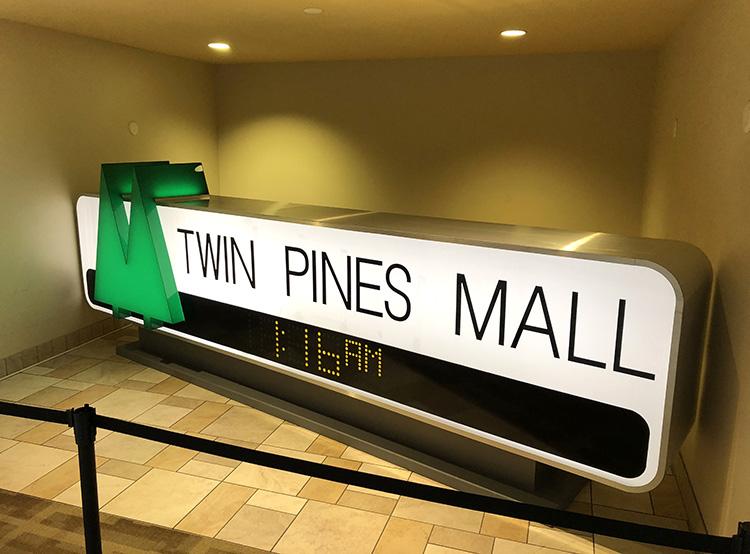 """Schild aus """"Zurück in die Zukunft"""" in der Puente Hills Mall, Los Angeles"""