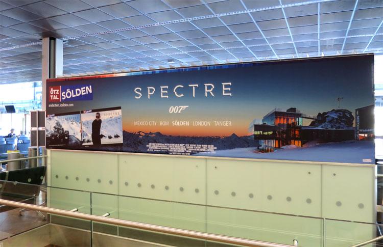Spectre-Filmplakat am Flughafen Innsbruck, Tirol © Andrea David