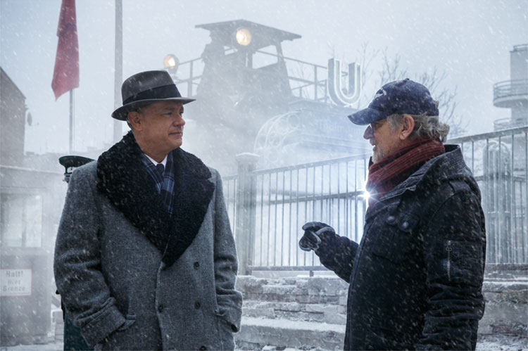 Regisseur Steven Spielberg und Tom Hanks am Set von Bridge of Spies © 2015 Twentieth Century Fox