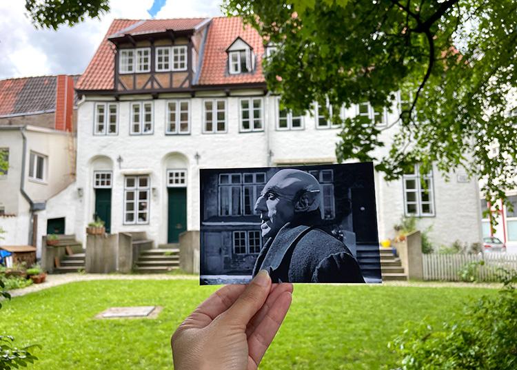 """Szene aus """"Nosferatu"""" im Aegidienkirchhof, Lübeck"""