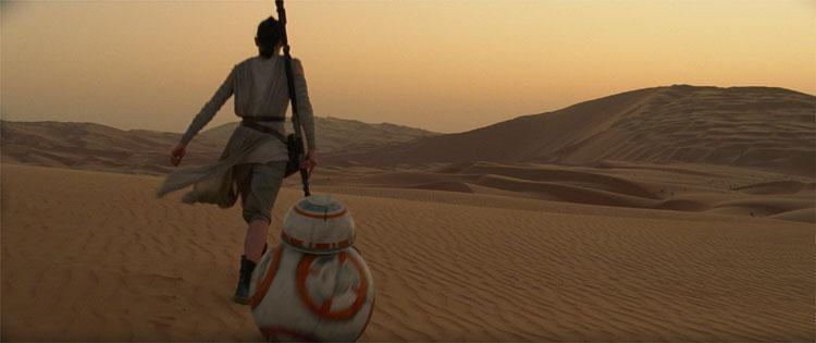 Rey und BB-8 auf dem Wüstenplaneten Jakku © 2015 Disney