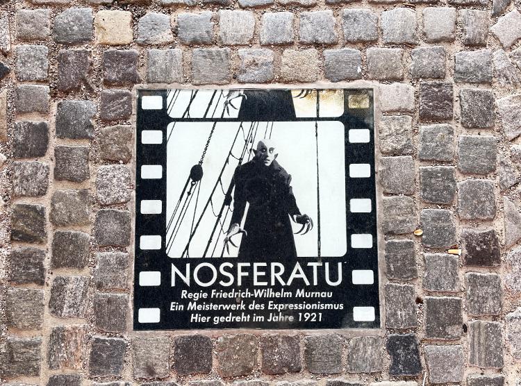 """Gedenktafel zu """"Nosferatu"""" am Wassertor, Wismar"""
