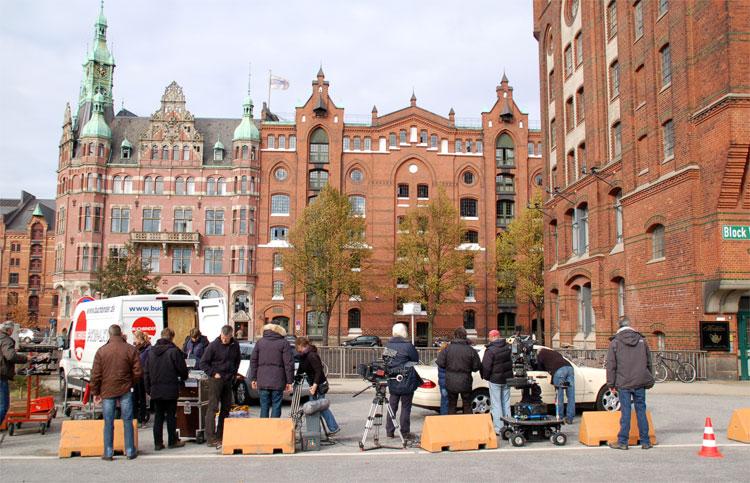 """Am Set von """"Die Pfefferkörner"""" am Brooktorkai, Speicherstadt, Hamburg © Filmförderung Hamburg Schleswig-Holstein"""
