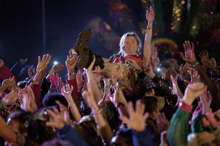 Bridget (Renée Zellweger) beim Crowdsurfing auf dem Festival © Studiocanal