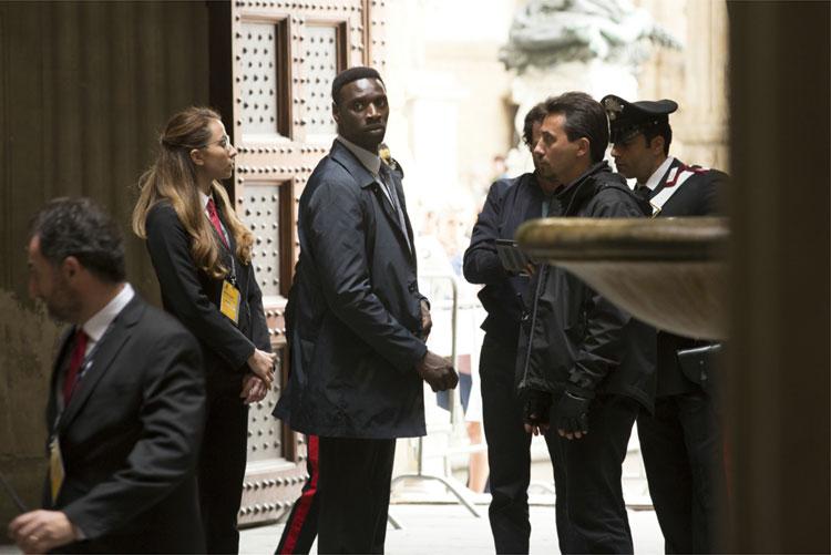 Bouchard (Omar Sy) und seine Agenten im Palazzo Vecchio, Florenz © 2016 Sony Pictures Releasing GmbH