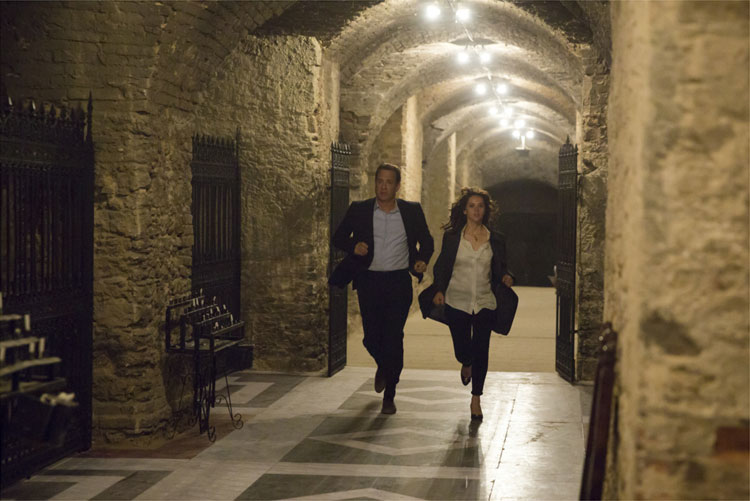 Langdon (Tom Hanks) und Sienna (Felicity Jones) rennen durch die Krypta des Markusdoms © 2016 Sony Pictures Releasing GmbH