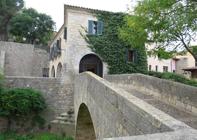 Brücke über den Fluss Galligants, Carrer de Santa Llúcia, Girona © Andrea David