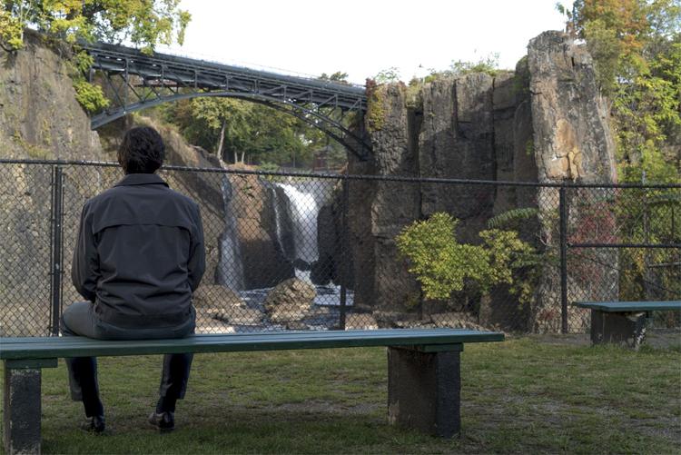 Paterson (Adam Driver) an den Wasserfällen am Passaic River © Mary Cybulski