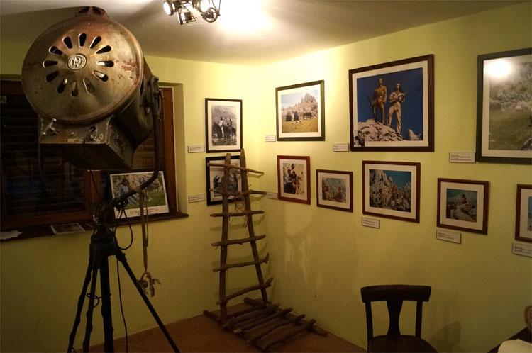 Blick ins Innere des Winnetou-Museums im früheren Paklenica Motel © Michael Scholten