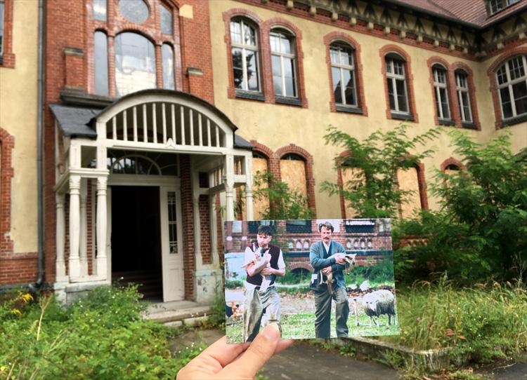 """Mads Mikkelsen in einer Filmszene aus """"Men & Chicken"""" in den Beelitzer Heilstätten bei Potsdam"""