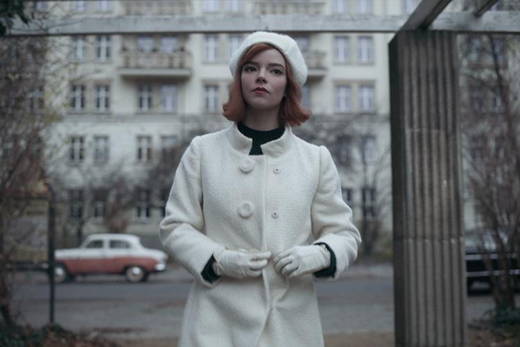 "Szene aus ""Das Damengambit"" in der Karl-Marx-Allee, Berlin"