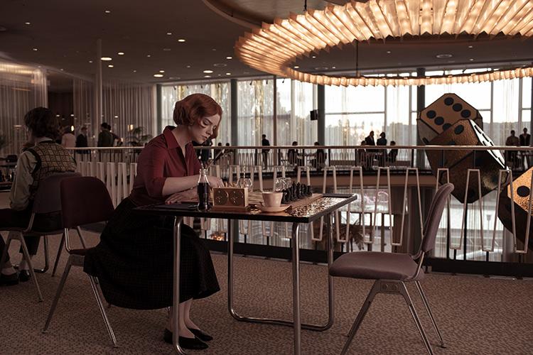 """Szene aus """"Das Damengambit"""" im Palais am Funkturm, Berlin"""