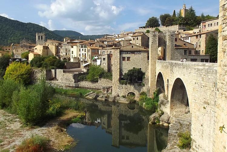 Brücke Pont Vell in Besalú, Katalonien