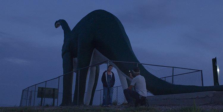 "Filmszene aus ""Nomadland"" am Wall Drug 80ft Dinosaur Advertisement, South Dakota"