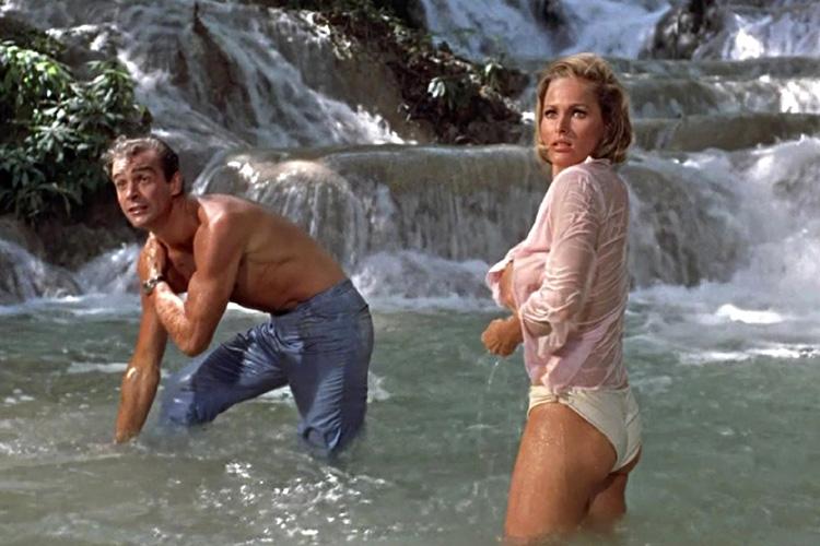"""Filmszene aus """"James Bond jagt Dr. No"""" bei den Dunn River Falls auf Jamaika"""
